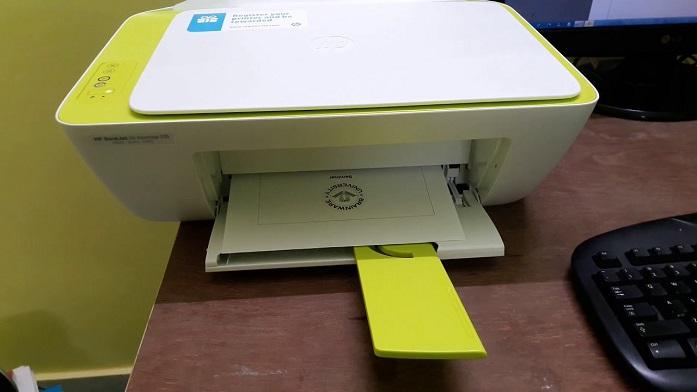 Deskjet 2136 apoiada em uma mesa de computador
