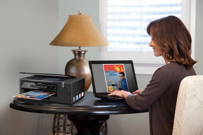 mulher realizando impressão com a Ecotank