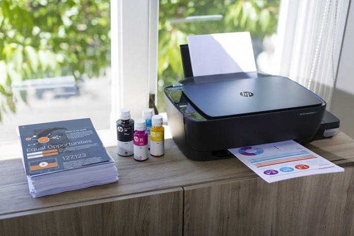 HP InkTank na mesa de um escritório