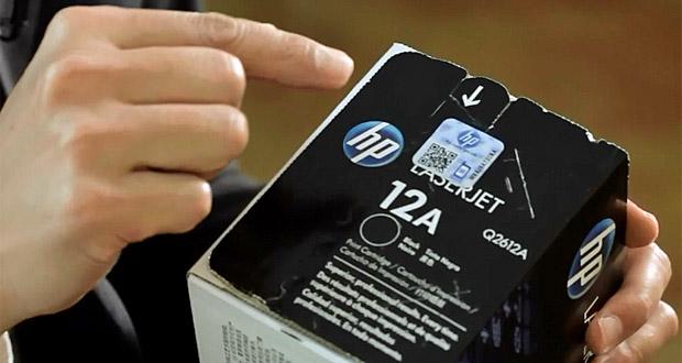 Pessoa mostrando lacre de segurança de cartucho original HP