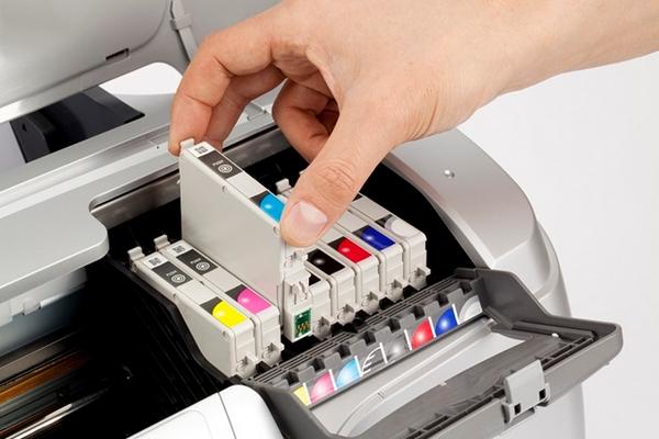mão retirando cartucho da impressora