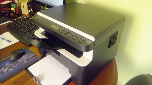 DCP-1602 apoiada em um móvel de madeira